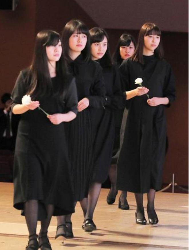 Nhiều người hâm mộ đến đưa tang sao nữ Nhật ra đi ở tuổi 18 2
