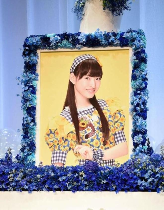 Nhiều người hâm mộ đến đưa tang sao nữ Nhật ra đi ở tuổi 18 1