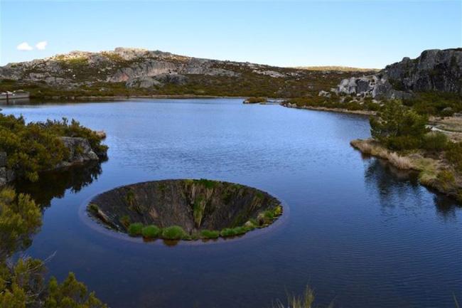 Hình ảnh Sự thật về cái hố tử thần đẹp ngoạn mục giữa hồ nước lớn số 3