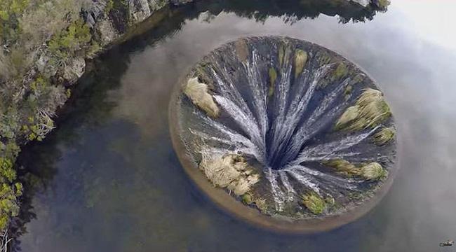 Hình ảnh Sự thật về cái hố tử thần đẹp ngoạn mục giữa hồ nước lớn số 1