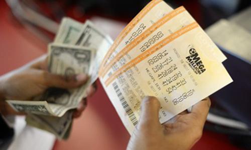 Bất ngờ thành triệu phú khi tìm thấy vé số trúng gần 800.000 USD 1