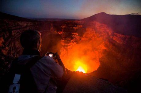 Hai người đàn ông thoát chết thần kỳ khi rơi vào miệng núi lửa 1