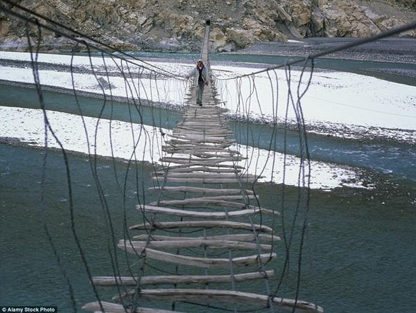 Hình ảnh Đứng tim với những cây cầu cheo leo nguy hiểm nhất thế giới số 10