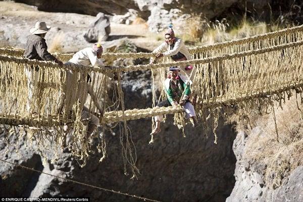 Hình ảnh Đứng tim với những cây cầu cheo leo nguy hiểm nhất thế giới số 2
