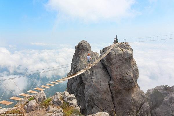 Hình ảnh Đứng tim với những cây cầu cheo leo nguy hiểm nhất thế giới số 11