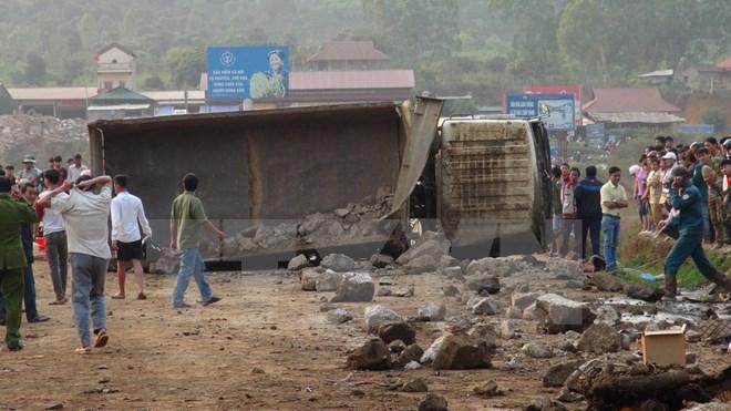 Xe tải mất phanh cuốn theo xe máy, 3 người tử vong 1