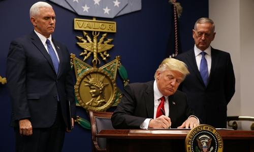Trump ký sắc lệnh mới, cấm người từ 6 quốc gia Hồi giáo tới Mỹ 1