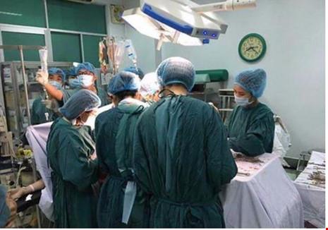 Nhận báo động đỏ, bác sĩ 4 bệnh viện hợp sức cứu sản phụ vỡ tử cung 1