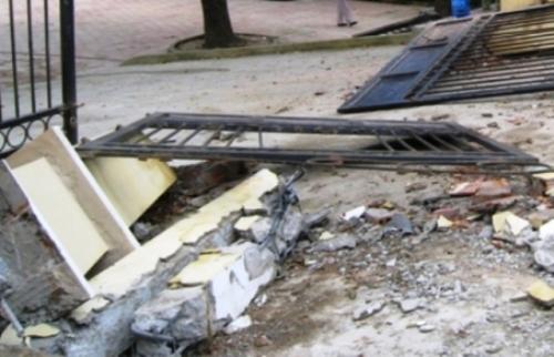 Hải Phòng: Cổng sắt UBND xã đổ sập đè chết cháu bé 10 tuổi  1