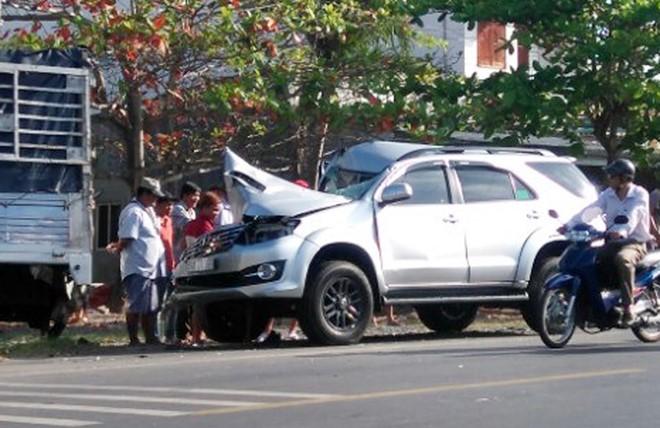 Xe 7 chỗ đâm vào đuôi ô tô tải đang dừng đỗ, 6 người nhập viện 1