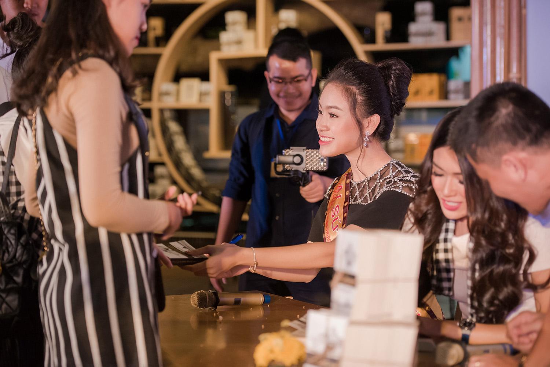 Hình ảnh Mỹ nhân học giỏi nhất HHVN khoe vẻ đẹp quyến rũ tại lễ hội cafe số 12