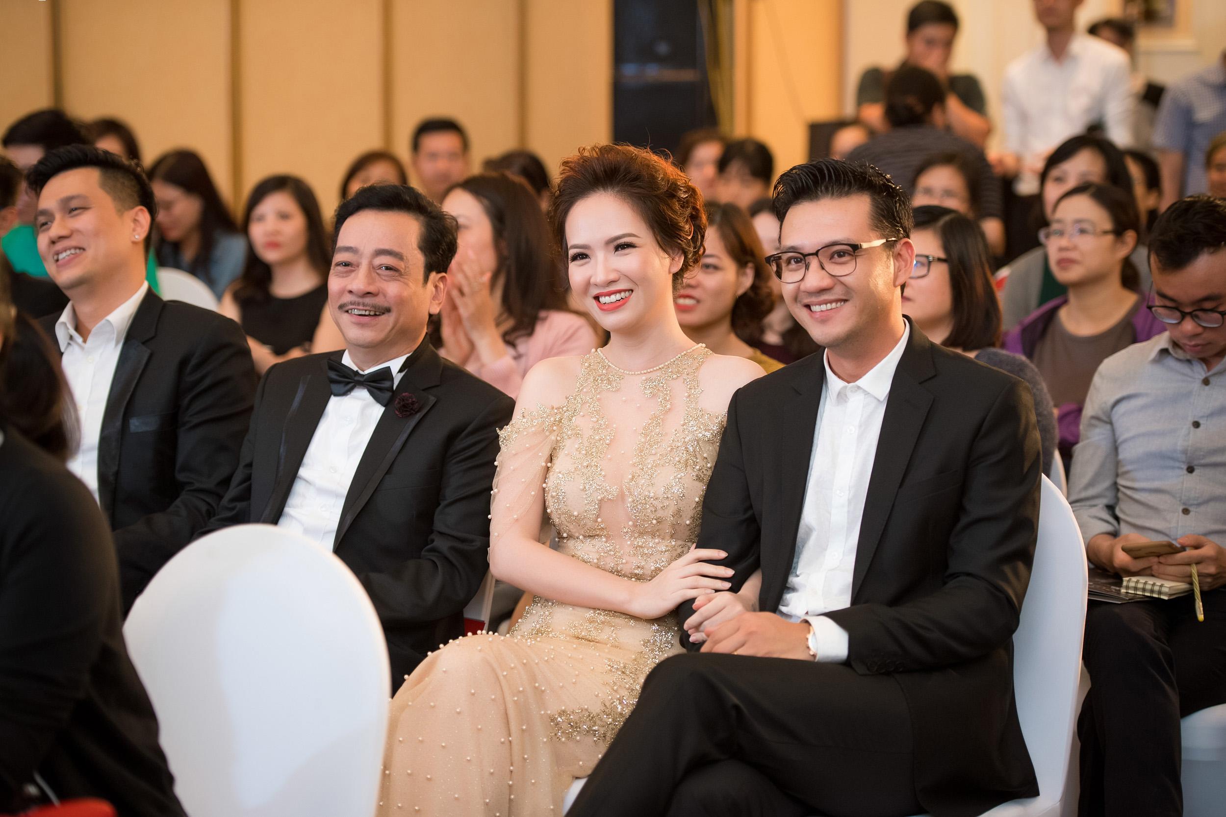 Giải trí - Đan Lê quấn quýt bên chồng trong buổi ra mắt phim
