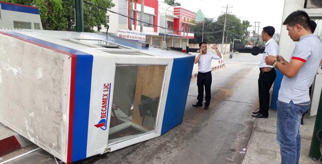 Hình ảnh Xe tải chở sắt kéo sập cabin trạm thu phí, nữ nhân viên bị thương số 1