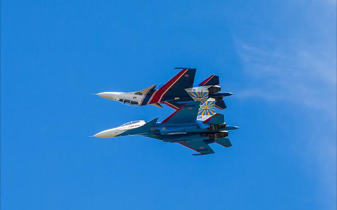 Thót tim cảnh hai tiêm kích Su-30SM áp lưng vào nhau nhào lộn 1
