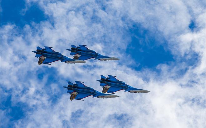 Thót tim cảnh hai tiêm kích Su-30SM áp lưng vào nhau nhào lộn 3