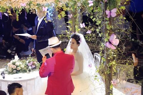 MC Thành Trung và vợ 9X ký hợp đồng, kê khai tài sản ở hôn lễ 3
