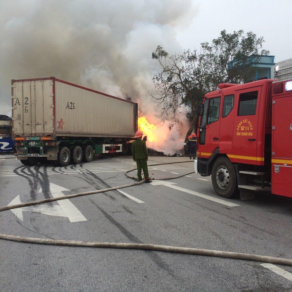 Va chạm giao thông: Xe giường nằm và xe container bốc cháy ngùn ngụt 1