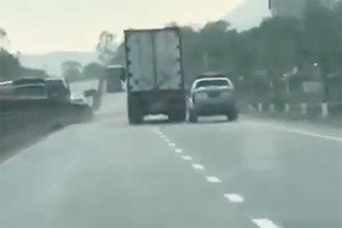 Tài xế container lao vào xe cảnh sát khi bị truy đuổi gây bức xúc 1