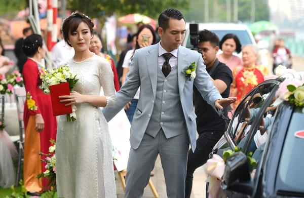 Hot girl Tú Linh hôn chú rể trong đám cưới 10
