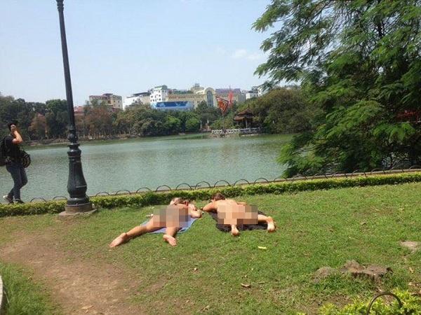 Khách Tây mặc phản cảm nằm phơi nắng ở Hồ Gươm gây bức xúc MXH 1