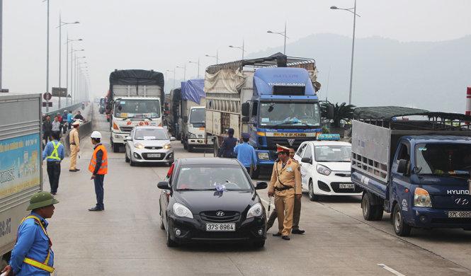 Hơn 100 ô tô dàn hàng phản đối trạm thu phí Bến Thủy 1