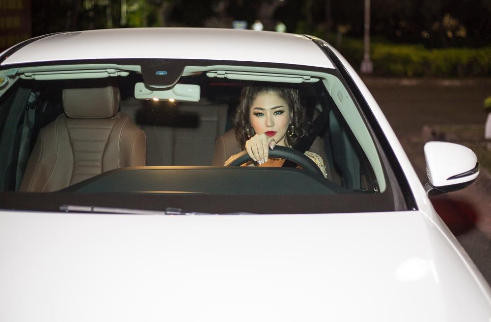 Hương Tràm gây chú ý khi tự lái xe hơi tiền tỉ đi diễn 4
