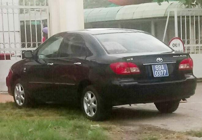 Chủ tịch huyện ở Cà Mau đi học bằng xe ô tô biển xanh 1