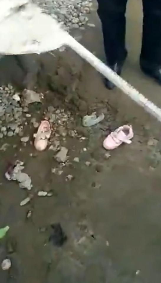 Trung Quốc: Hai bé 3 tuổi chết thảm vì trèo vào máy trộn bê tông 3