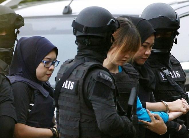 Hình ảnh Đoàn Thị Hương được bảo vệ rất chặt khi ra tòa lần 2 số 1