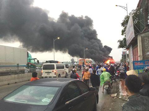 Xe khách bốc cháy dữ dội trên QL1A, 2 mẹ con may mắn thoát chết 1