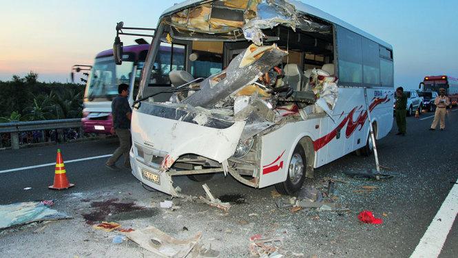 Xe khách tông xe tải, 6 người thương vong 1