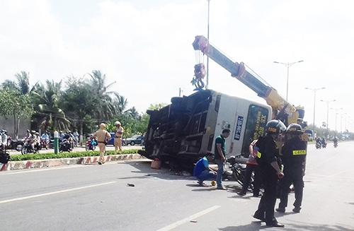 TNGT nghiêm trọng: Xe bus lật, hai vợ chồng tử vong 1
