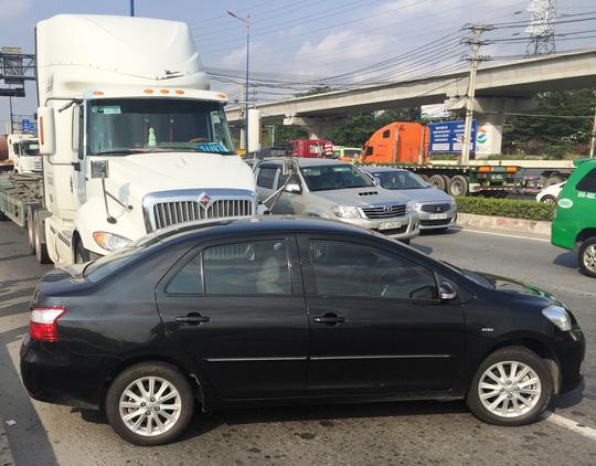 Nữ tài xế la hét kêu cứu khi ôtô bị xe đầu kéo tông xoay ngang đường 1