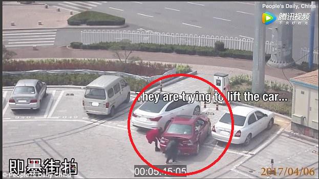 Hình ảnh Nữ tài xế loay hoay đỗ xe không thành định nhấc bổng phần đuôi để dịch xe số 1