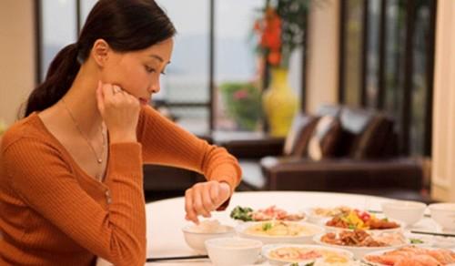 Những sai lầm nghiêm trọng bạn vẫn mắc phải khi ăn tối 3