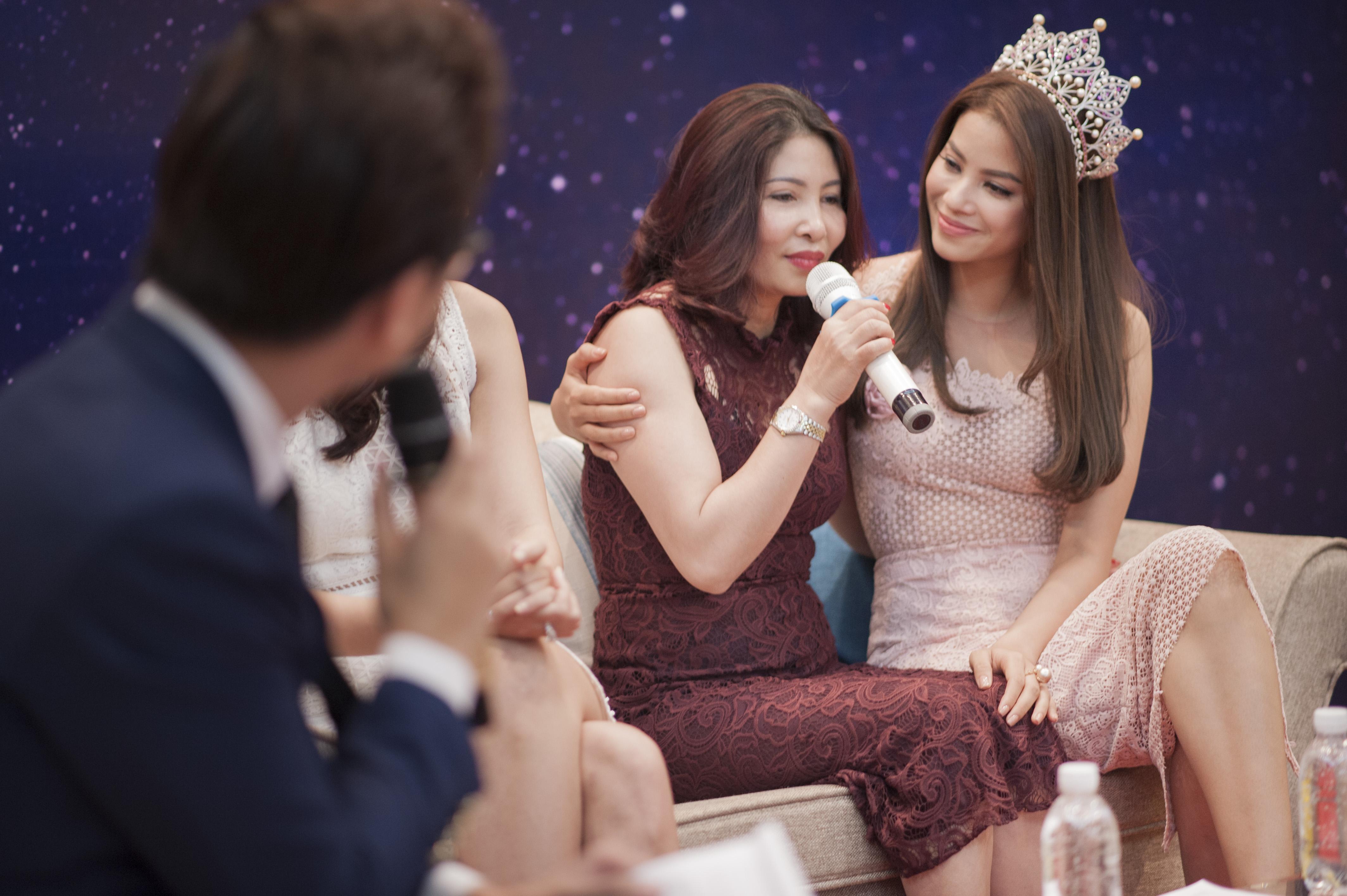 Phạm Hương rơi nước mắt gặp lại mẹ tại quê nhà Hải Phòng 6