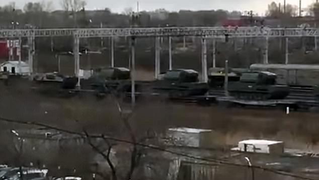 Hình ảnh Binh sĩ, xe tăng Nga đổ dồn về sát biên giới với Triều Tiên số 1