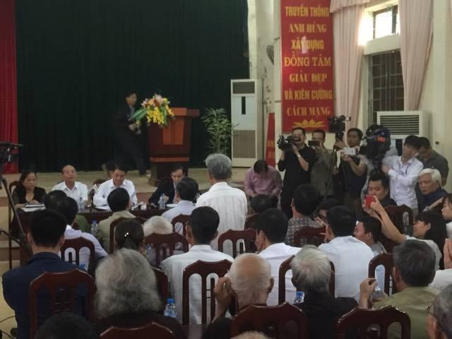 Người dân Đồng Tâm cầm hoa hoan hô chủ tịch Nguyễn Đức Chung về đối thoại 2
