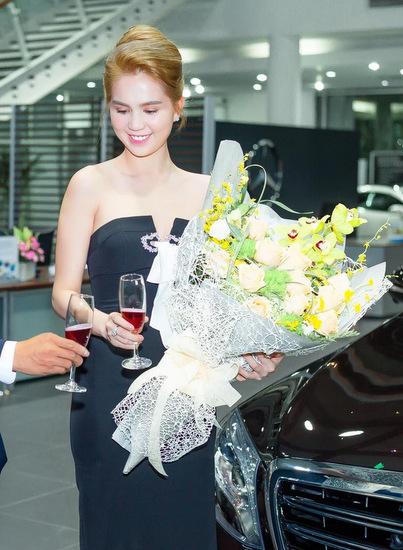 Ngọc Trinh đưa mẹ và người giúp việc đi mua sắm trên siêu xe 12 tỷ 4