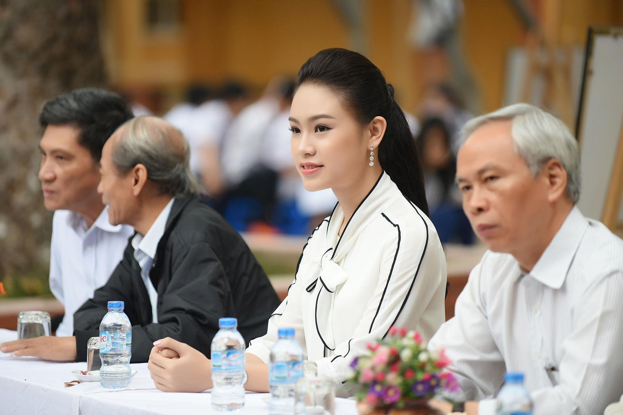 Mỹ nhân học giỏi nhất Hoa hậu Việt Nam rạng rỡ về thăm trường cũ 4