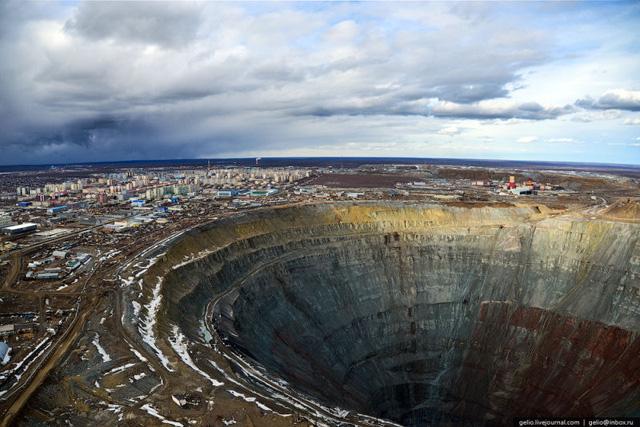 Đời sống - Khám phá mỏ kim cương khổng lồ nhất thế giới ở Siberia, bạn không thể dùng trực thăng bay qua miệng hố