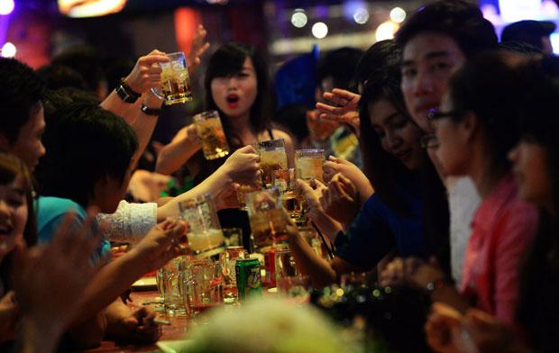 Bộ Y tế đề xuất cấm bán rượu bia ở quán karaoke trong giờ làm việc 1