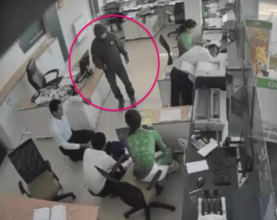 Vụ cướp ngân hàng ở Trà Vinh: Tên cướp có dị tật ở chân 1