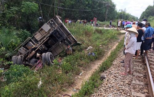 TNGT nghiêm trọng: Tàu hỏa va chạm xe tải, hai tài xế trọng thương 1
