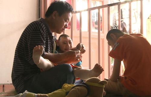 Bố đơn thân nuôi hai con bị teo não khiến Trấn Thành - Cẩm Ly cảm động 1