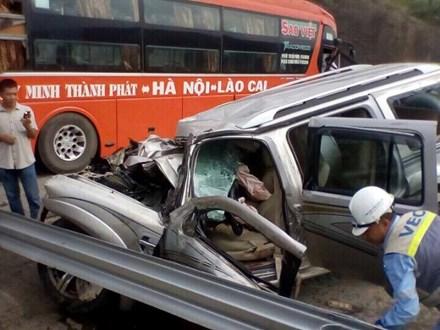Xế hộp đối đầu xe khách trên cao tốc Nội Bài - Lào Cai 2
