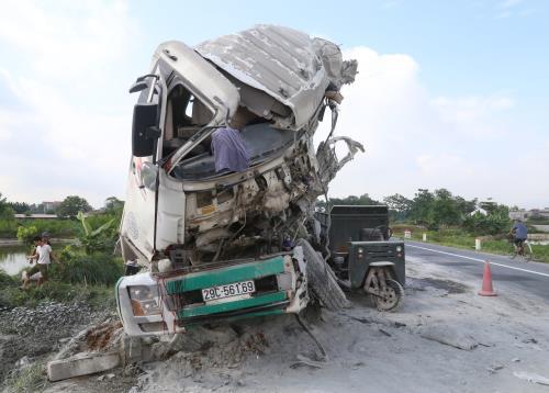 2 xe tải biến dạng sau va chạm, 2 lái xe tử vong tại chỗ 1