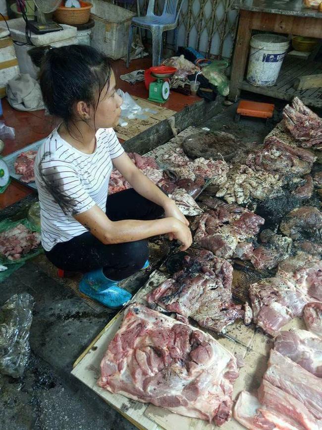 Cả sạp thịt lợn bán giá rẻ của người phụ nữ trẻ bị hất đầy dầu luyn 1