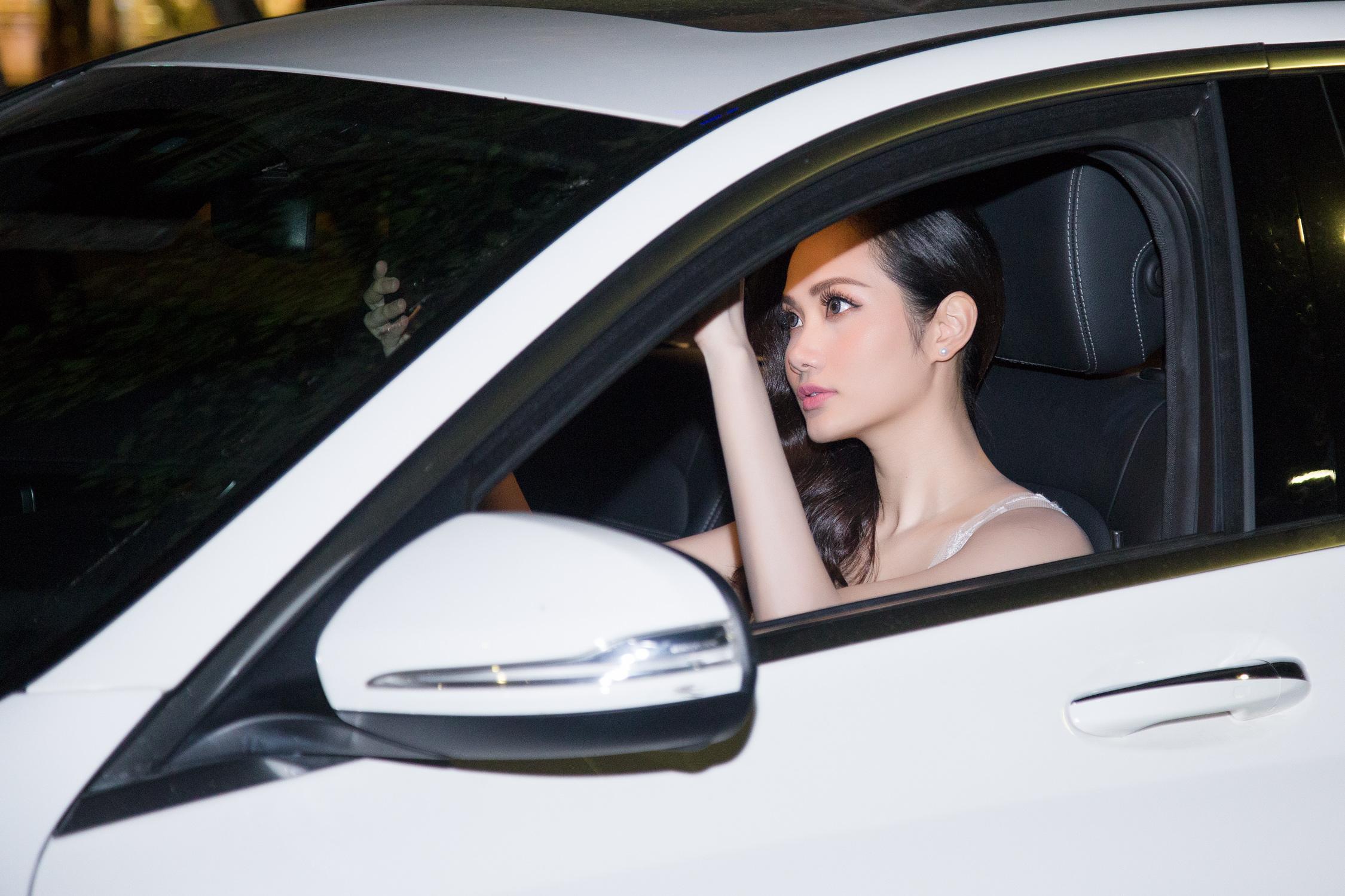Hoa hậu Đông Nam Á Diệu Linh tự lái xe tiền tỷ đi sự kiện 1