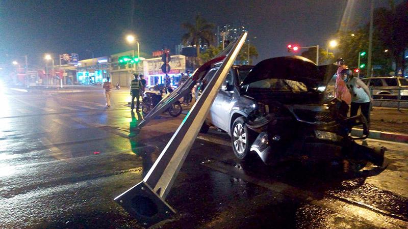 Hà Nội: Ôtô 7 chỗ mất lái đâm đổ cột biển BRT 1